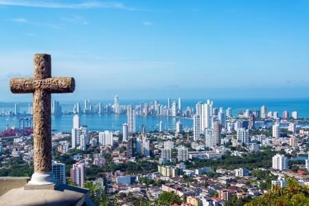 Blick auf den modernen Teil von Cartagena, Kolumbien mit einem Steinkreuz in den Vordergrund