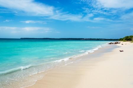 見事なターコイズ ブルーのカリブ海プラヤブランカ カルタヘナ、コロンビアの近くで水