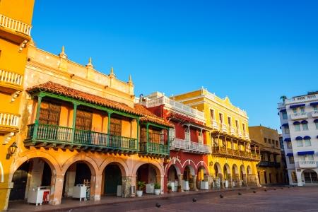 カルタヘナ、コロンビアの中心に歴史的なカラフルな植民地建物