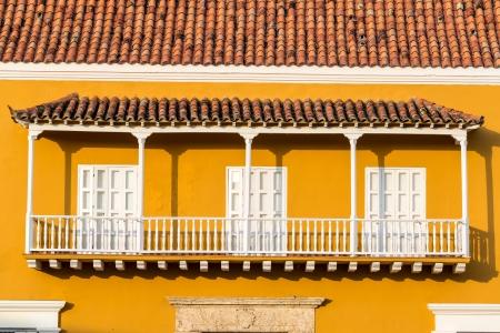 casa colonial: Histórico balcón colonial amarillo y blanco en el centro de Cartagena, Colombia Foto de archivo