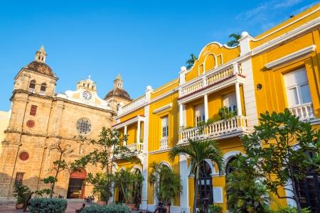 colonial building: Iglesia y amarillo edificio colonial visible desde San Pedro Claver plaza en el hist�rico de Cartagena, Colombia