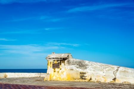 védekező: Kilátásban tetején védőfal Cartagena mély kék ég