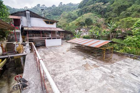 cafe colombiano: Planta de procesamiento de café en una plantación de café orgánico en Minca, Colombia