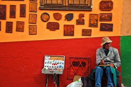 ボゴタ、コロンビア - 9 月 22 日 2010 年 9 月 22 日にボゴタ、コロンビアの芸術を販売街角男