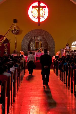 San Agustin, KOLUMBIEN - 21. April Worshipers sammeln in einer Kirche in San Agustin, Kolumbien für die Osterfeierlichkeiten am 21. April 2011