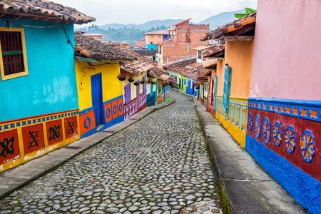 콜롬비아 Guatape, 안티 오 퀴아의 조약돌 거리에 화려한 식민지 주택 스톡 콘텐츠