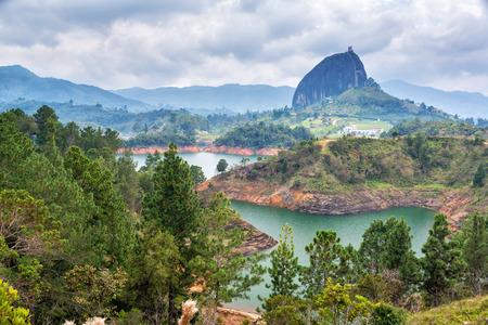 Guatape の町の近くの岩、コロンビアのアンティオキアのビュー