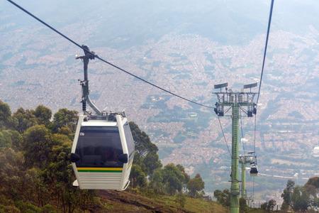 メデリン、コロンビアの上高のケーブルカーの眺め