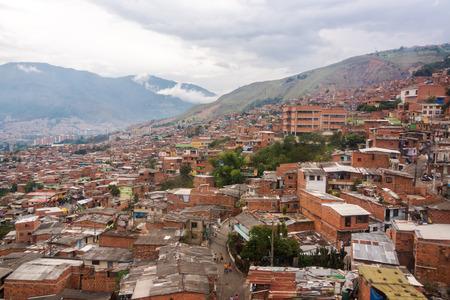 underprivileged: Vista di un quartiere povero sulle colline sopra Medellin, Colombia