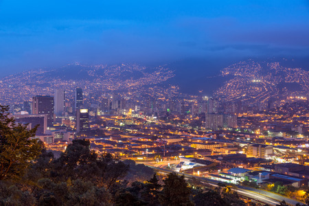 메 데인, 콜롬비아의 도시 황혼에서 찍은