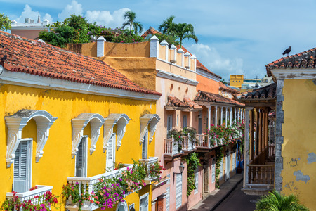 case colorate: Edifici coloniali e balconi nel centro storico di Cartagena, Colombia Archivio Fotografico