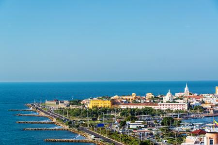 2 つの側面で目に見えるカリブ海とカルタヘナ、コロンビアの歴史的中心部