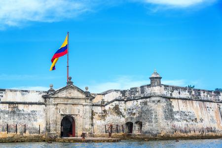 bandera de colombia: Frente de la histórica fortaleza de Bocachica cerca de Cartagena, Colombia