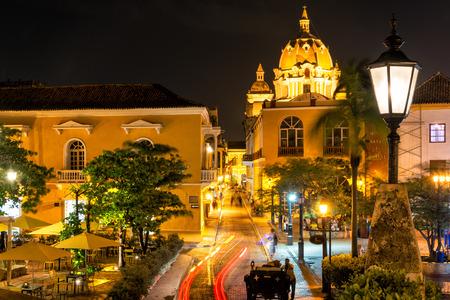 カルタヘナ、コロンビアに夜間撮影の歴史的中心部の広場