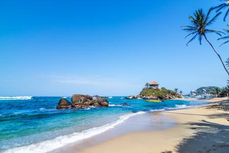 산타 마르타, 콜롬비아 근처 Tayrona 국립 공원에있는 목가적 인 열대 카리브 해변