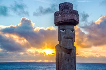 moai: Una réplica Moai al atardecer en la isla de Pascua Foto de archivo