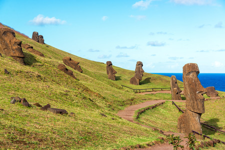 rapa nui: Varios Moai visible en la Isla de Pascua en el sitio histórico de Rano Raraku