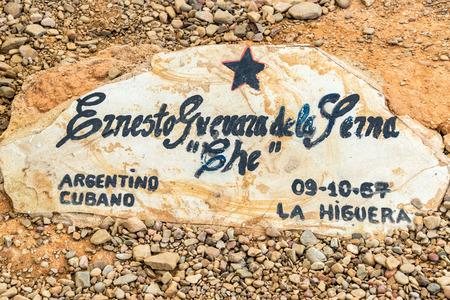 che guevara: Headstone of the original tomb of Ernesto Che Guevara in Vallegrande, Bolivia Editorial