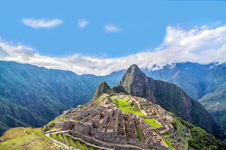 バック グラウンドで上昇している Wayna マチュピチュとマチュピチュ、ペルーのビュー 写真素材