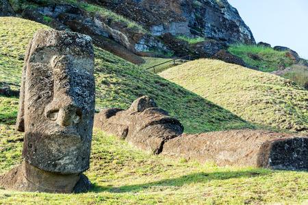 moai: Una estatua de Moai de pie junto a una que se ha quedado tendido en Rano Raraku en la isla de Pascua