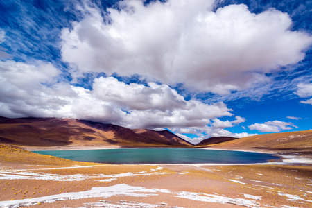 산 페드로 데 아타 카마 (San Pedro de Atacama) 근처 북부 칠레의 높은 계획에있는 푸른 호수 메니큐스