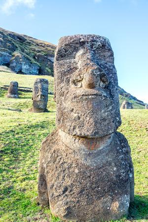 moai: Tres de pie estatuas de Moai en Rano Raraku en la isla de Pascua