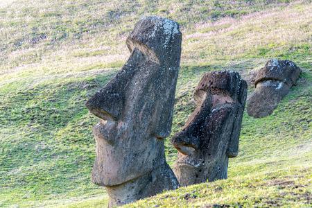 moai: Dos estatuas Moai lado de la otra en la Isla de Pascua Foto de archivo
