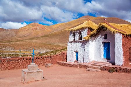 マチューカ サン Pedro de アタカマ、チリの近くにわらの屋根の教会