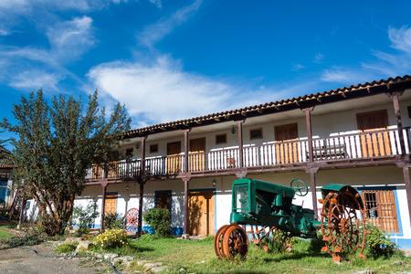 colonial building: Edificio colonial hist�rico y antiguo tractor verde en Tarma, Per�