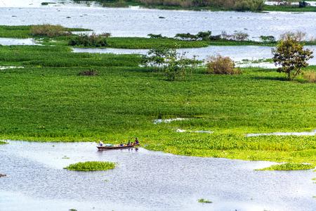 rio amazonas: Pequeño canoa en el río Itaya en Iquitos, Perú en la selva amazónica