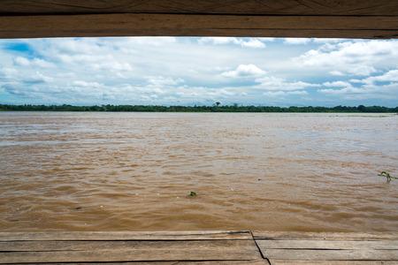 río amazonas: Vista del río Amazonas se ve desde Tamshiyacu, un pequeño pueblo cerca de Iquitos, Perú
