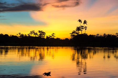 rio amazonas: Profunda Colorido atardecer en la selva amaz�nica en el Per� Foto de archivo