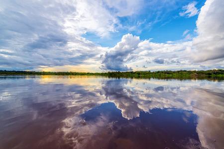 río amazonas: Dramático cielo reflejado en el agua del río Javari, en la Amazonia brasileña