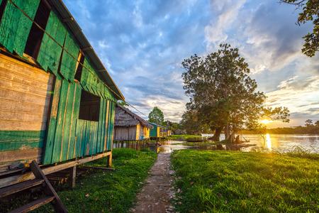 rio amazonas: Puesta de sol sobre el pueblo de Santa Rita, en la selva amazónica de Perú Foto de archivo