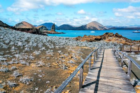 Vista de la pasarela en la isla Bartolomé con Roca Pináculo en el fondo en las Islas Galápagos en Ecuador