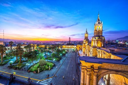 アレキパ、ペルーの歴史的な中心部にアルマスに落ちる夜