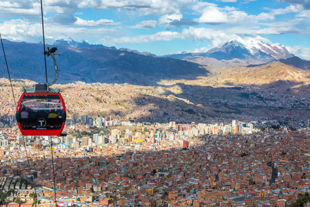 la paz: LA PAZ BOLIVIA  AUGUST 10:  Cable cars carry passengers between the cities of El Alto and La Paz in Bolivia on August 10 2014 Editorial