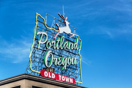 オレゴンおよび雄鹿の概要と象徴的なポートランド オレゴン旧市街サイン 写真素材