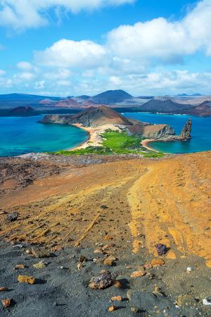 pinnacle: Vista verticale del paesaggio intorno Pinnacle Rock in Bartolome nelle Isole Galapagos Archivio Fotografico