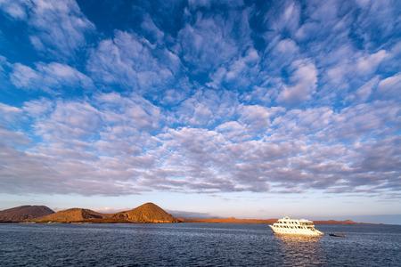 Temprano en la mañana en Bahía Sullivan por Bartolomé Isla en las Islas Galápagos en Ecuador