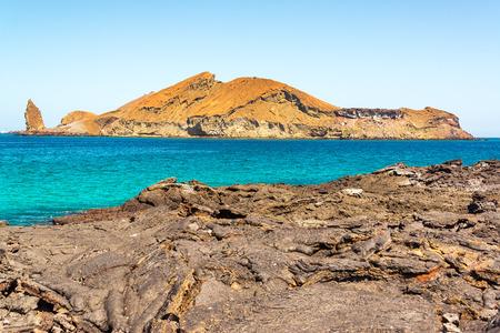 Vista de las Islas Bartolome como se ve desde la isla de Santiago en las Islas Galápagos