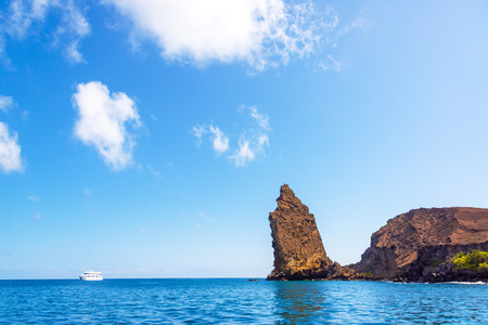 Vista de la Roca Pináculo con un barco a la izquierda de la misma en las Islas Galápagos