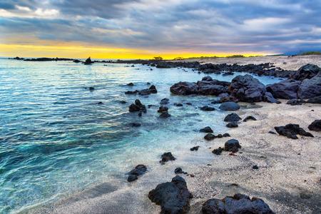 Puesta de sol sobre una playa rocosa en la isla Isabela en las Islas Galápagos en Ecuador
