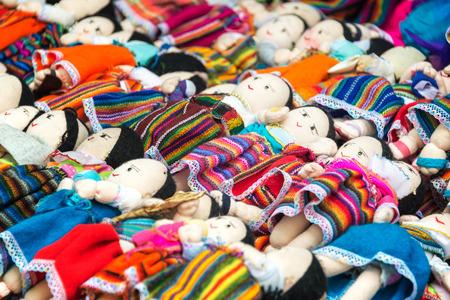america del sur: muñecos de recuerdo para la venta en la ropa tradicional en Otavalo, Ecuador Foto de archivo