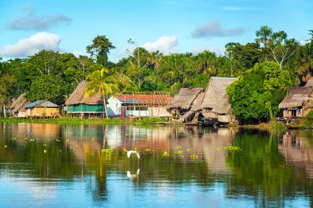 Vue d'un petit village dans la forêt amazonienne, sur la rive de la rivière Yanayacu au Pérou