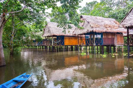 Bungalows dans la forêt amazonienne dans une zone inondée sur pilotis près de Iquitos, au Pérou