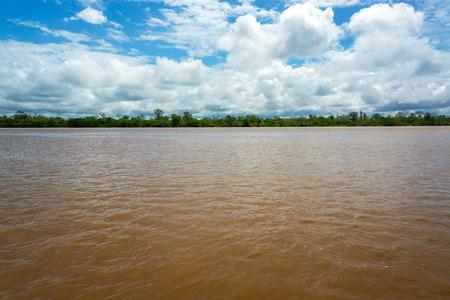río amazonas: Vista del río amplia fangosa Amazonas a medida que pasa lentamente a través de Perú