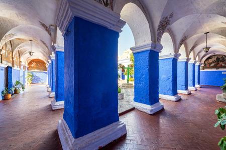 monasteri: colonne blu in Monastero di Santa Catalina a Arequipa, Perù Editoriali