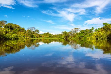 río amazonas: El cielo se refleja en el río Javari en la selva tropical del Amazonas