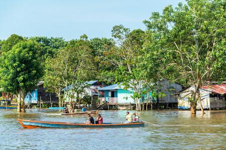 río amazonas: LETICIA, COLOMBIA - 24 de marzo: Vista de los barcos y las casas en el río Amazonas en Leticia, Colombia el 24 de marzo, el año 2015